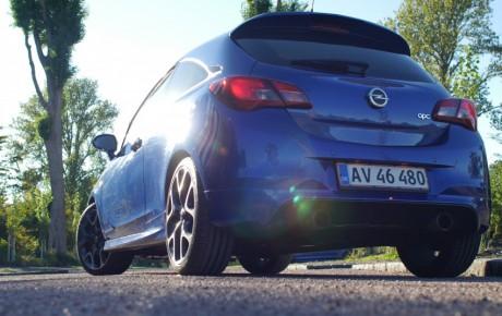 Fartblind i lille, hidsig Opel Corsa
