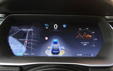 Kør Tesla med hænderne i skødet
