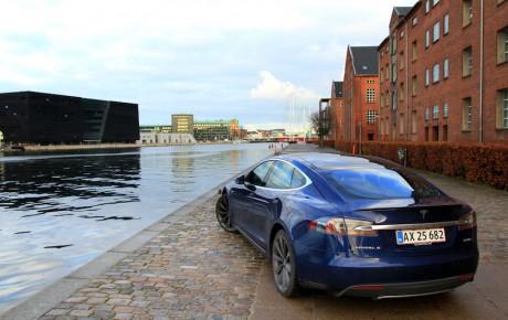 Tesla Model S overhaler Peugeot 308 i november